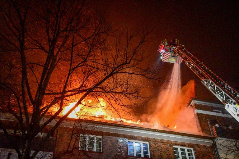 In der Helene Lange Strasse stand der Dachstuhl eines Wohnhauses in Flammen
